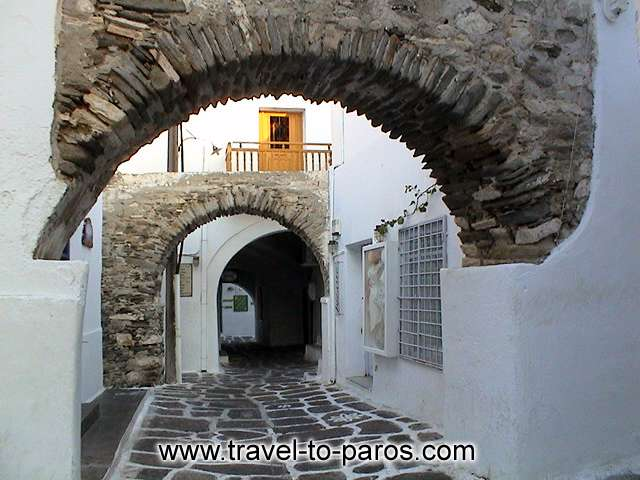 NARROW PATHWAY AND ARC - The voltaic arcs that characterize the local architecture contribute in the creation of romantic atmosphere.